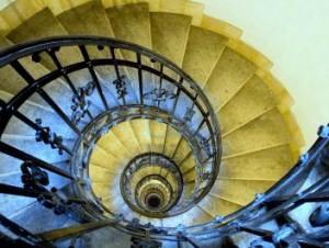 5164418-schody-spiralne-kute-porecze-i-kamiennych-schodach-w-starej-wiezy